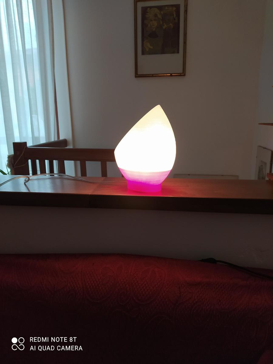 Lampada da comodino bicolore in PETG rosso e bianco Tomas3d, accesa