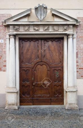 880645-antiche-porte-in-legno-di-saluzzo-una-bella-città-in-italia.jpg